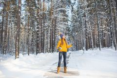 La mujer sonriente joven en ropa brillante se coloca en un camino en un bosque Fotografía de archivo libre de regalías