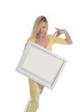 La mujer sonriente que celebra una pintura de la imagen firma el mensaje Foto de archivo libre de regalías