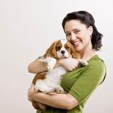 La mujer soporta el perrito Imagen de archivo