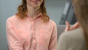 La mujer sorda que le dice es amigo lindo, femenino que le firma también, diálogo en el asl almacen de video