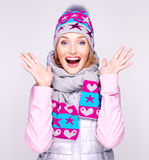 La mujer sorprendida feliz en invierno viste con emociones positivas Foto de archivo
