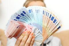 La mujer sostiene billetes de banco euro del dinero Foto de archivo libre de regalías