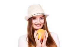 La mujer sostiene dos halfs de agrios del pomelo en manos Imagenes de archivo