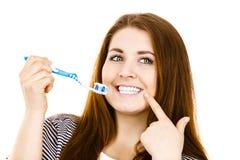 La mujer sostiene el cepillo de dientes con goma Fotografía de archivo libre de regalías