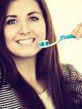 La mujer sostiene el cepillo de dientes con goma Fotografía de archivo