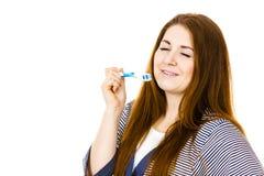 La mujer sostiene el cepillo de dientes con goma Imagenes de archivo