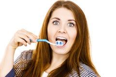 La mujer sostiene el cepillo de dientes con goma Fotos de archivo libres de regalías