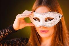 La mujer sostiene el primer de la máscara del carnaval Fotografía de archivo libre de regalías