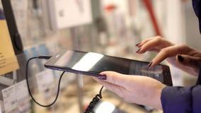 La mujer sostiene el smartphone disponible Opinión del primer de las manos femeninas que sostienen smartphone, usando la pantalla metrajes