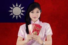 La mujer sostiene el sobre con la bandera de Taiwán Foto de archivo libre de regalías