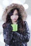 La mujer sostiene la taza con té caliente Imagen de archivo