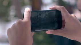 La mujer sostiene smartphone y tira el primer del barco de pesca almacen de metraje de vídeo