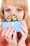 La mujer sostiene un rectángulo de regalo Foto de archivo libre de regalías
