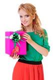 La mujer sostiene un rectángulo de regalo Imagenes de archivo
