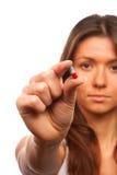 La mujer sostiene una cápsula de la píldora en una mano Imagen de archivo libre de regalías