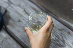 La mujer sostiene una taza del vino en su mano Foto de archivo libre de regalías