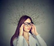 La mujer subrayada que tenía dolor de cabeza se ha preocupado la expresión de la cara Imágenes de archivo libres de regalías