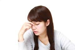 La mujer sufre de Asthenopia Foto de archivo