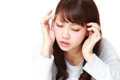 La mujer sufre de dolor de cabeza Fotos de archivo libres de regalías