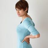 La mujer sufre del dolor de espalda, concepto de síndrome de la oficina fotografía de archivo