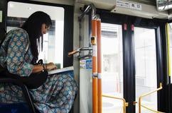 La mujer tailandesa del viajero se sienta en el autobús en la ciudad de Saitama va a Kawagoe o Fotografía de archivo