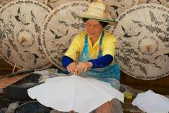 La mujer tailandesa monta el paraguas de bambú tradicional en la fábrica en Chiang Mai, Tailandia fotografía de archivo libre de regalías