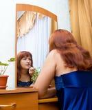 La mujer teñe los labios Imagen de archivo libre de regalías