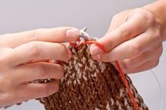La mujer teje a mano el hilo para obras de punto Foto de archivo libre de regalías