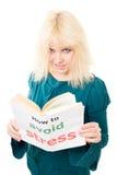 La mujer tensionada con tousle intento para evitar la tensión Imagen de archivo libre de regalías