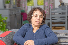 La mujer tiene un dolor de estómago imágenes de archivo libres de regalías