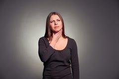 La mujer tiene un dolor de la garganta Fotografía de archivo libre de regalías