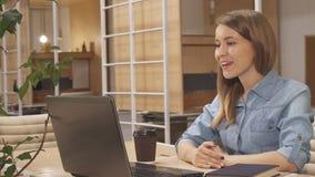 La mujer tiene una charla video en el eje de trabajo almacen de metraje de vídeo