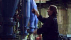 La mujer tiró de la cadena y del alzamiento del movimiento almacen de video