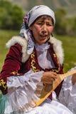 La mujer toca el instrumento tradicional de la secuencia Fotos de archivo