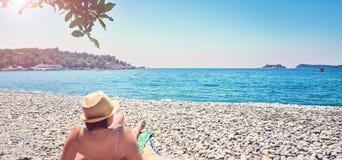 La mujer toma el sol la península Lustica de Montenegro del mar de Zanjic Adriatik de la playa que broncea Fotos de archivo libres de regalías