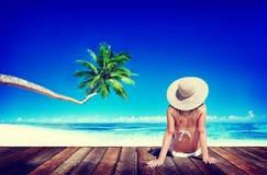 La mujer toma el sol a Sunny Summer Beach Relaxing Concept foto de archivo