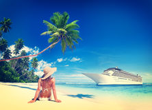 La mujer toma el sol a Sunny Summer Beach Relaxing Concept imagenes de archivo