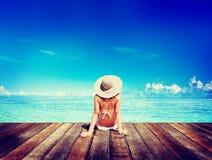 La mujer toma el sol a Sunny Summer Beach Relaxing Concept fotos de archivo libres de regalías