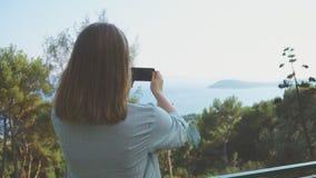 La mujer toma imágenes almacen de video