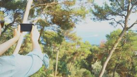 La mujer toma imágenes almacen de metraje de vídeo