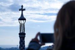 La mujer toma imágenes del guell del parc Fotos de archivo libres de regalías