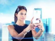 La mujer toma imágenes futuristas imagen de archivo