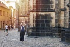 La mujer toma la imagen en el teléfono móvil Fotos de archivo libres de regalías