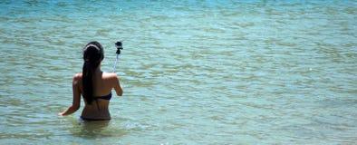 La mujer toma la foto del selfie Imágenes de archivo libres de regalías