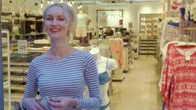 La mujer toma la imagen de la ropa interior en maniquí almacen de metraje de vídeo