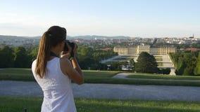 La mujer toma la imagen del palacio y del jardín en Viena almacen de video