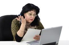 La mujer toma la lección inglesa en línea de la conversación Imágenes de archivo libres de regalías