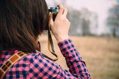 La mujer toma las fotografías Imagenes de archivo
