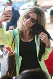 La mujer toma Seflie con el cochinillo lindo en el festival de la caída Foto de archivo