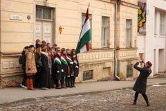 La mujer toma una foto de una de la comunidad del estudiante después de la celebración del Día de la Independencia estonio Fotos de archivo libres de regalías